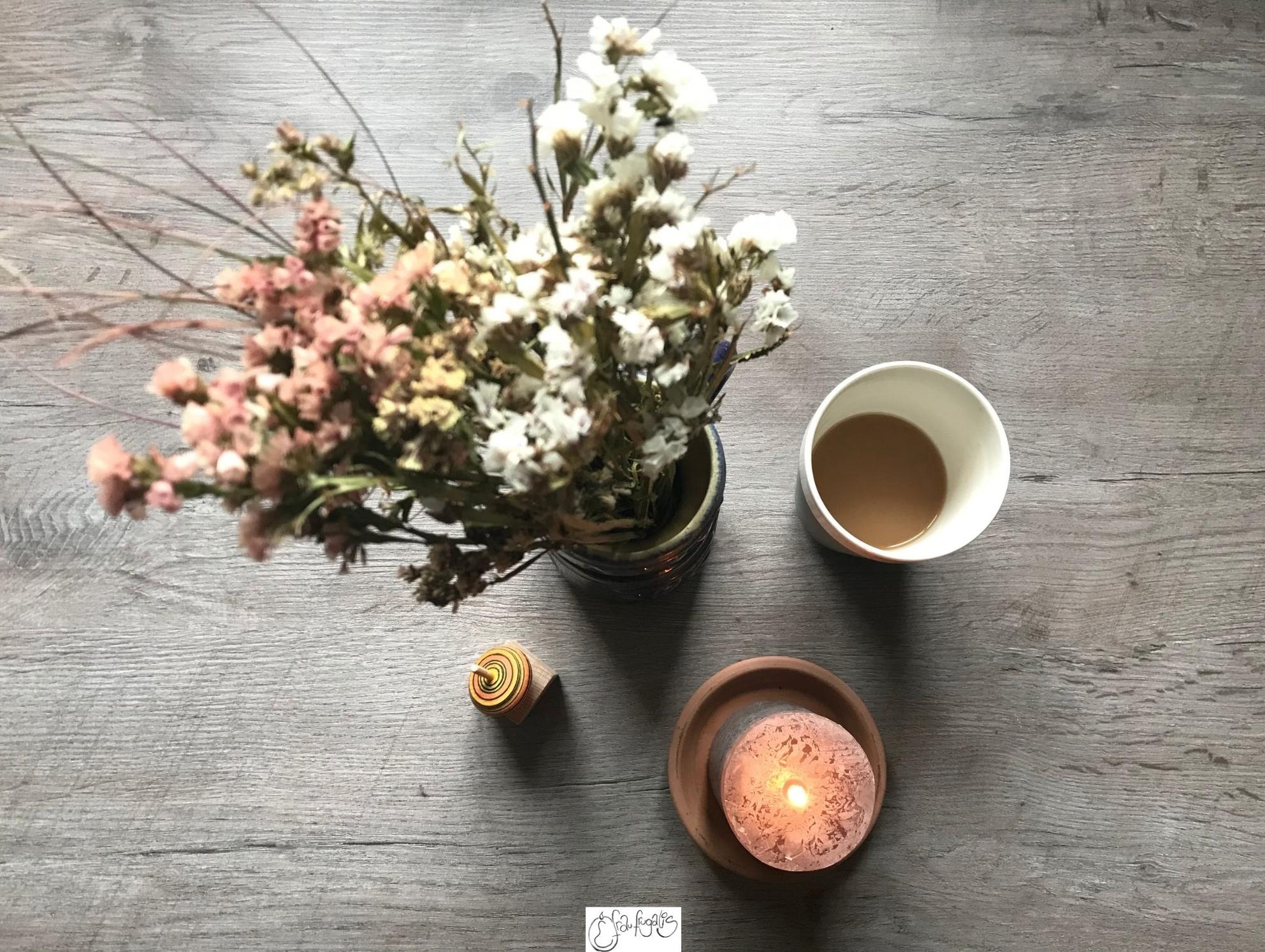 Kreisel mit Blumen und Kaffee